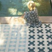 Grafischer Teppich für drinnen & draussen