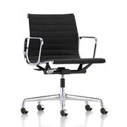 'Eames Aluminium Chair 118' in Leder
