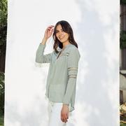 Einzelstücke: Bluse mit Stickerei von 'Anja Sun Suko'