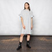Verspieltes Kleid mit Micromotiv und Rüschendetails