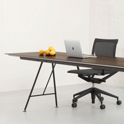 Tisch von 'Atelier Alinea' mit Birkenholz