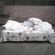Leintuch 'Embedded Stories' von Estelle Gassman