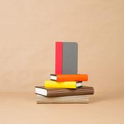 Einzelstück: Kleine Buchlampe 'Lumio' farbig